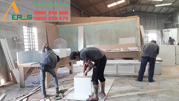 Hình ảnh thợ mộc Aeros đang thi công nội thất tại xưởng gỗ